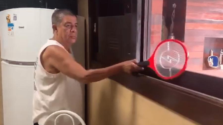 Zeca Pagodinho tenta matar insetos com raquete elétrica em vídeo publicado nas redes sociais - Reprodução