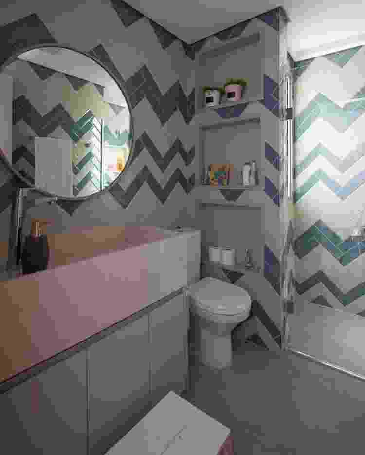 Neste banheiro, o revestimento retangular permitiu a aplicação em formato geométrico, conhecido como efeito chevron - Luis Gomes - Luis Gomes