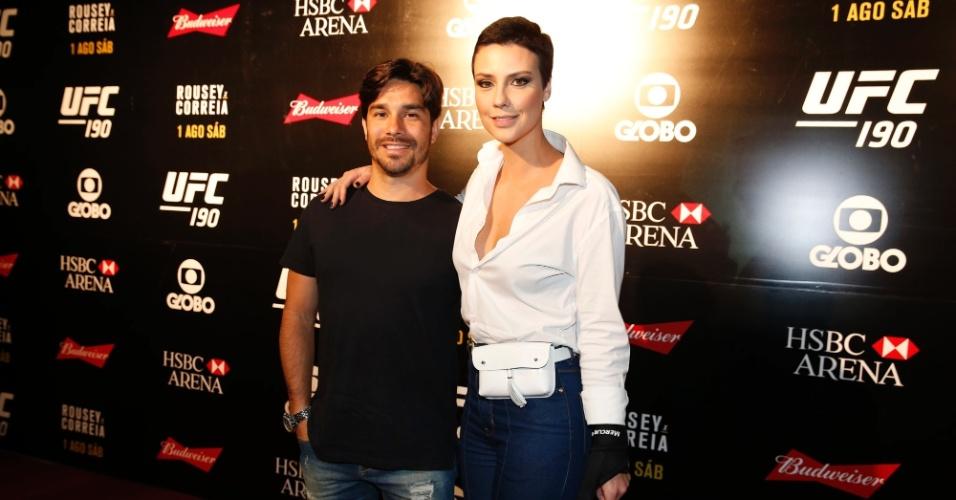 1.ago.2015- Camila Rodrigues chega com o marido, Roberto Costa para evento de luta no Rio de Janeiro