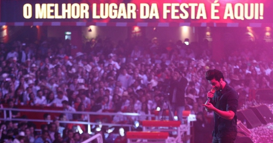 """21.ago.2015 - Após a apresentação de João Bosco & Vinícius, foi a vez de Luan Santana subir ao palco  da arena do Parque do Peão. O sertanejo cantou novas hit  como """"Cê Topa?, """"Cantada"""" e """"Chuva de Arroz"""", uma de suas mais novas músicas"""