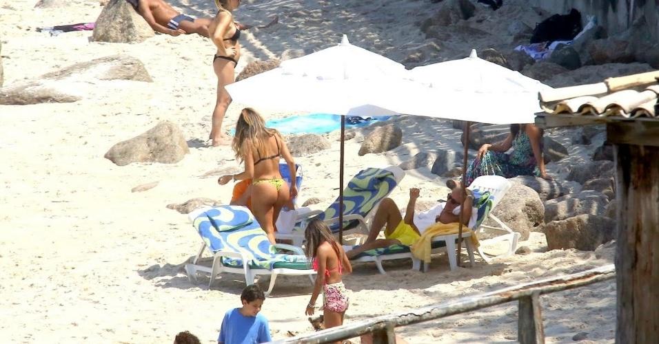 21.set.2015 - Rod Stewart aproveitou o dia de sol para curtir uma praia nesta segunda-feira, no Rio de Janeiro