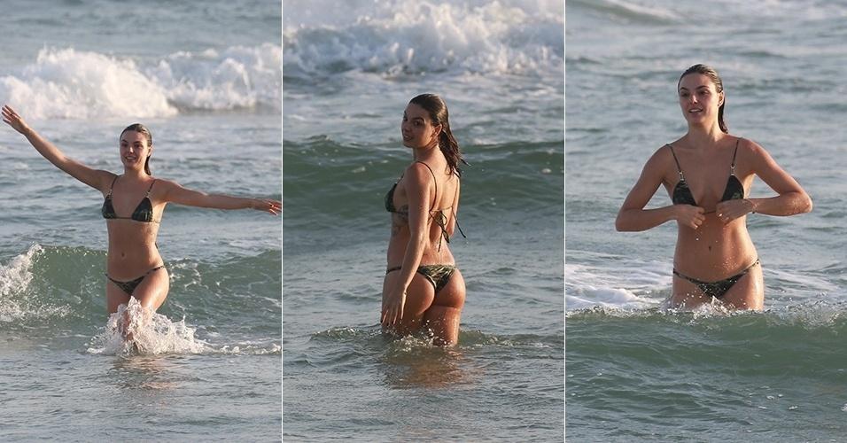 9.out.2015 - De biquíni curto, Isis Valverde mergulha na praia da Barra da Tijuca, no Rio de Janeiro