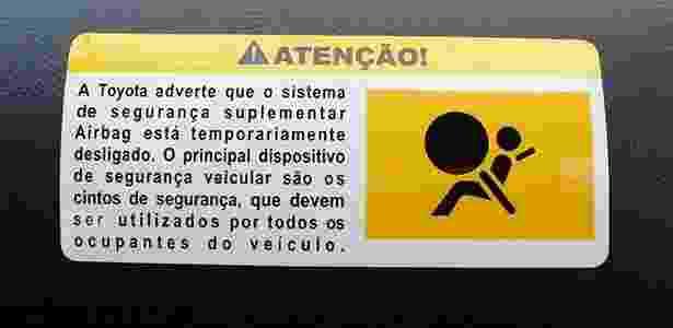 Adesivo colado em painel do Toyota Corolla de Arnaldo Komesu - Marcio Komesu/UOL - Marcio Komesu/UOL