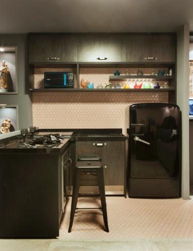 No apê dúplex desenvolvido por Diogo Viana, a copa e a cozinha tiram partido do contraste de tons e estilos. O rosa