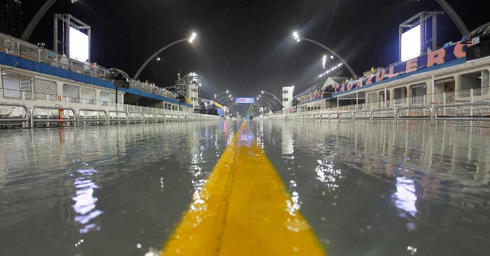 5.jan.2015 - Pista do Anhembi encharcada depois da chuva que caiu em Santana, zona norte de São Paulo