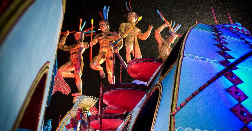 5.jan.2015 - Sob chuva, Pérola Negra se posiciona no Anhembi para dar início aos desfiles da noite