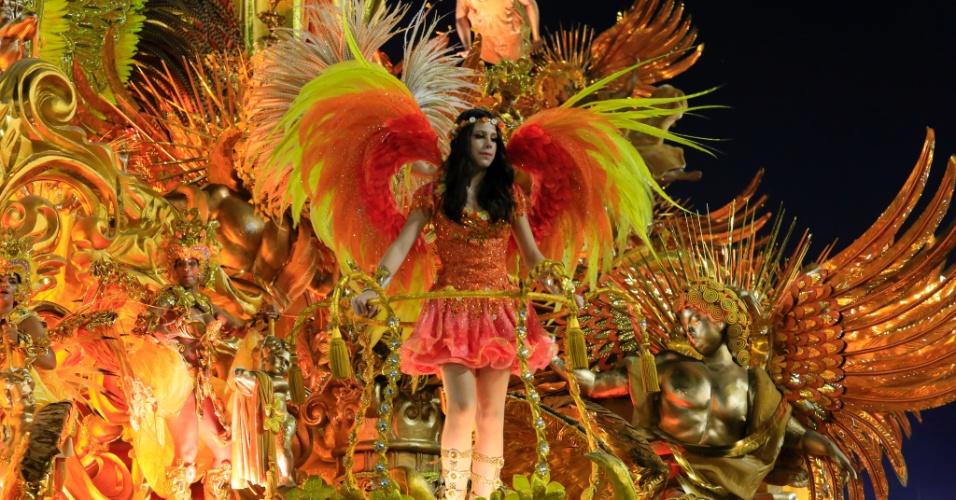 8.fev.2016 - Sophia, filha de Cláudia Raia e Edson Celulari, desfilou como destaque em um dos carros da Beija-Flor