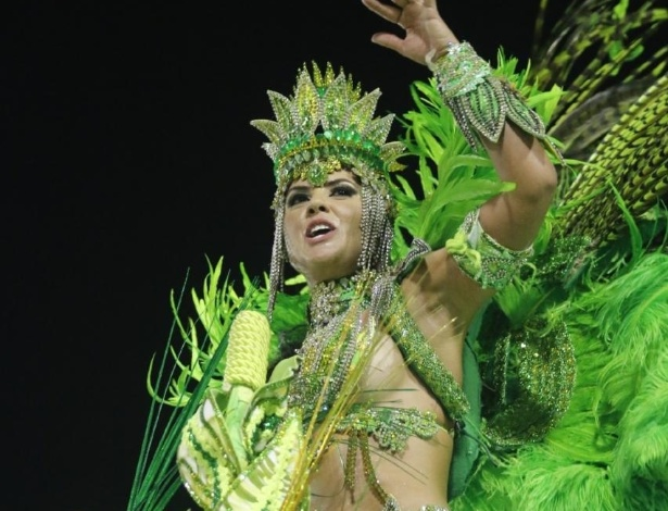13.fev.2016 - Namorada do cantor Zezé Di Camargo, Graciele Lacerda volta a desfilar pela Imperatriz no desfile das campeãs do Carnaval do Rio