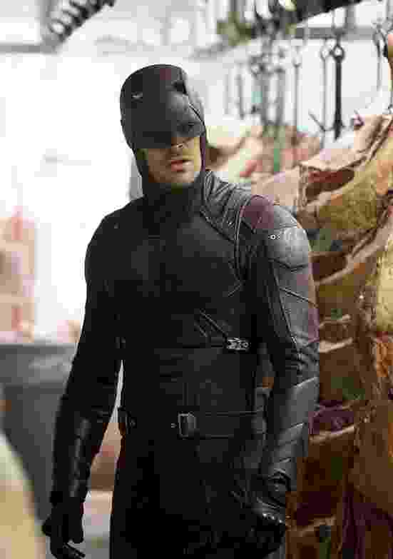 """12.mar.2016 - Vestido com uniforme vermelho, Matthew Murdock (Charlie Cox) aparece em cena da segunda temporada de """"Demolidor"""" - Divulgação/Netflix"""