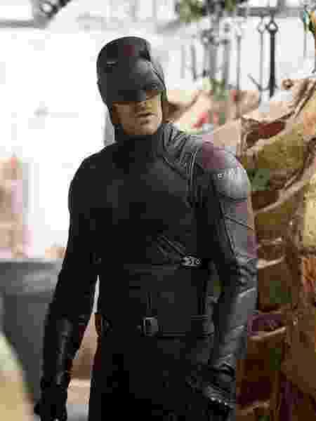 """12.mar.2016 - Vestido com uniforme vermelho, Matthew Murdock (Charlie Cox) aparece em cena da segunda temporada de """"Demolidor"""" - Divulgação/Netflix - Divulgação/Netflix"""