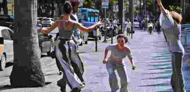 """""""Na Reta de 4 Corpos"""", espetáculo gratuito do Fringe, é apresentado entre 31 de março e 3 de abril em quatro espaços públicos de Curitiba - Divulgação"""