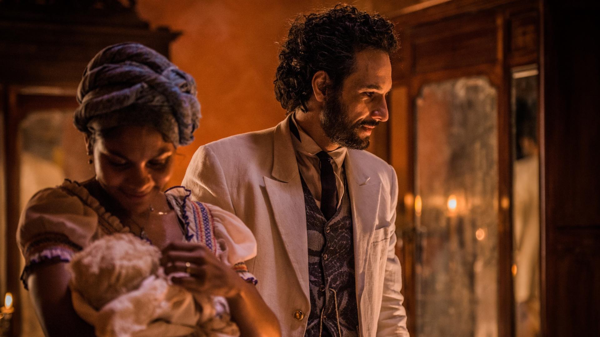 Doninha (Barbara Reis) e Afrânio (Rodrigo Santoro) após o nascimento de Maria Tereza em