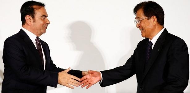 Chefão da Nissan, Carlos Ghosn (esq.) cumprimenta Osamu Masuko, da Mitsubishi  - Thomas Peter/Reuters