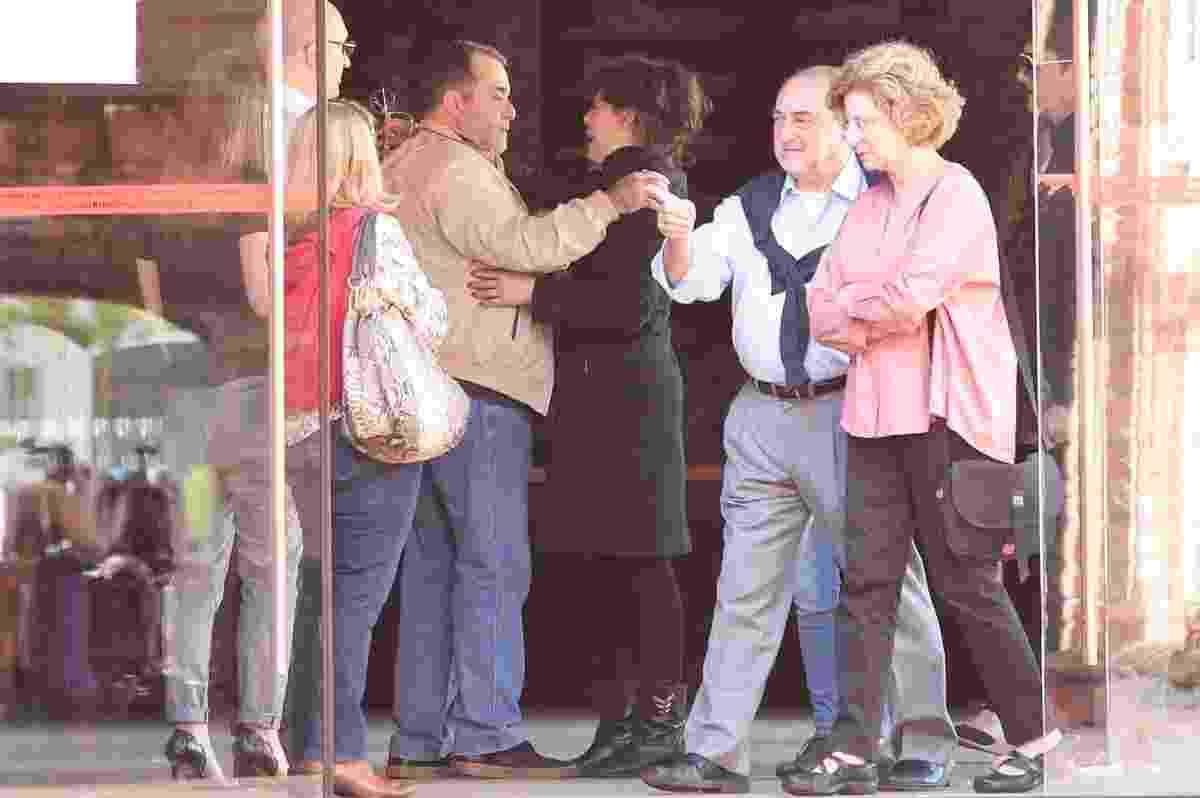 15.jul.2016 -  O ator Tony Ramos cumprimenta a atriz Bárbara Paz no velório do cineasta Hector Babenco, na Cinemateca Brasileira, em São Paulo - Rafael Cusato e Manuela Scarpa/Brazil News