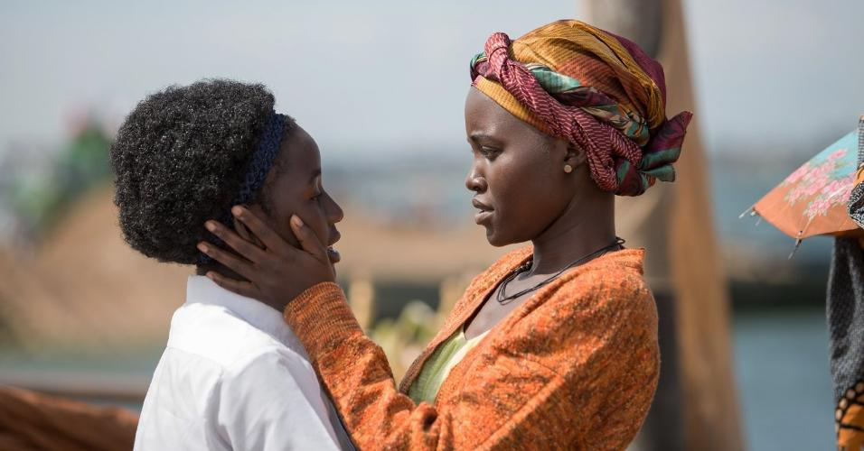 Madina Nalwanga e Lupita Nyong'o em cena do drama biográfico
