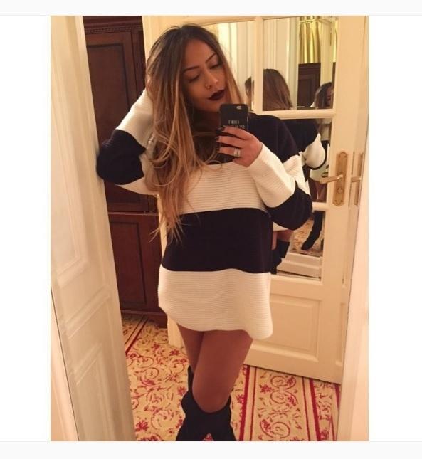 Rafaella Silva, irmã de Neymar, usa blusão listrado com bota acima do joelho e faz pose na selfie em frente ao seu closet