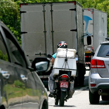 Motociclista tenta encontrar espaço em meio ao trânsito carregado de São Paulo - Ernesto Rodrigues/Folhapress