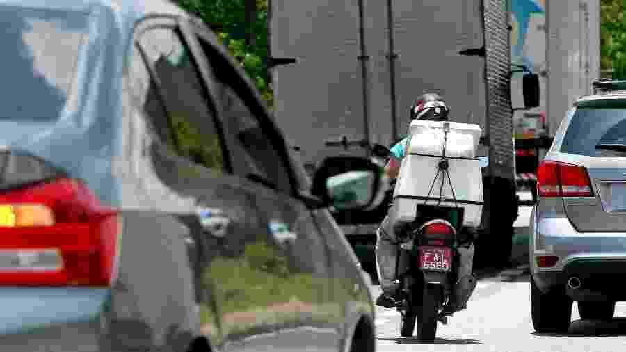 """Motociclista trafega em meio ao trânsito carregado de São Paulo: """"briga"""" por espaço muitas vezes acaba mal - Ernesto Rodrigues/Folhapress"""