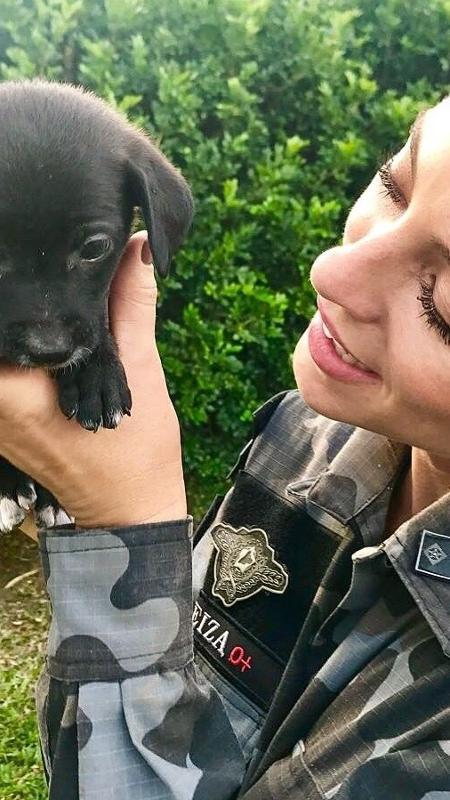 Paolla Oliveira posa com filhotinho de cachorro nas mãos   - Reprodução/Instagram