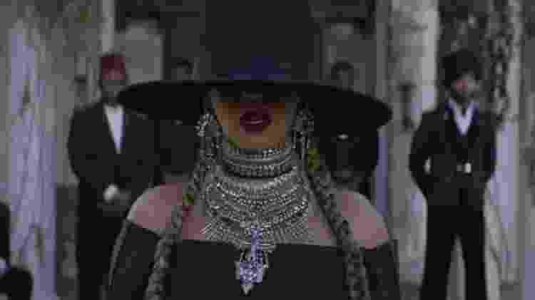 Beyoncé e o look reproduzido pela família e pelas amigas - Reprodução/YouTube