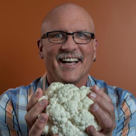 John Purcell segurando couve-flor com tecnologia Brilliant White - Rogério Albuquerque