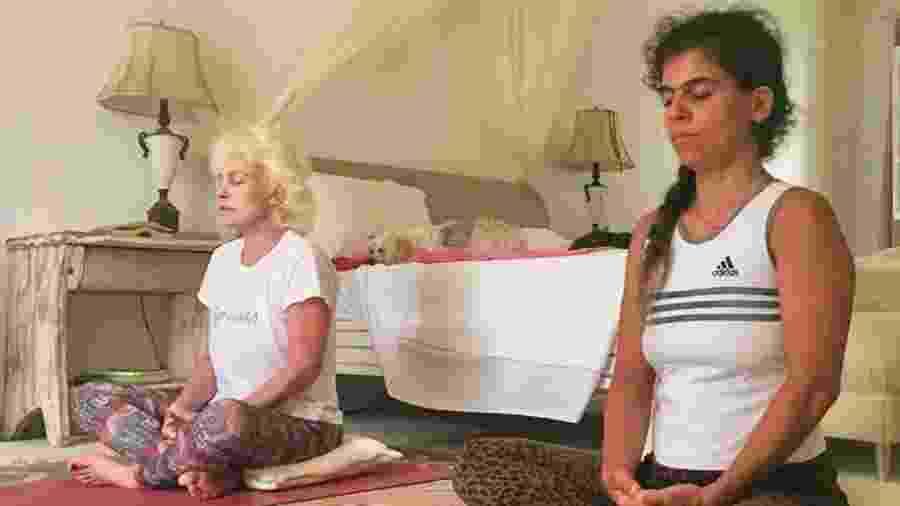 Ana Maria Braga medita com a  filha, Mariana - Reprodução/Instagram