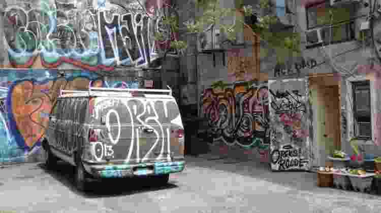Grafiteiros e pichadores tomam conta dos becos; autorização para pintura de pontos comerciais cresce a cada dia na região - Renê Castro