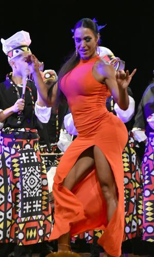 Sob o olhar de Belo, Gracyanne Barbosa samba muuuuito em premiação de Carnaval