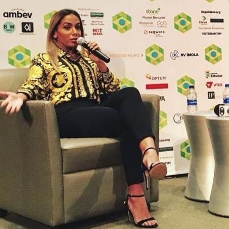 Anitta fala em evento de alunos brasileiros das Universidades Harvard e MIT, nos Estados Unidos - Reprodução/Twitter