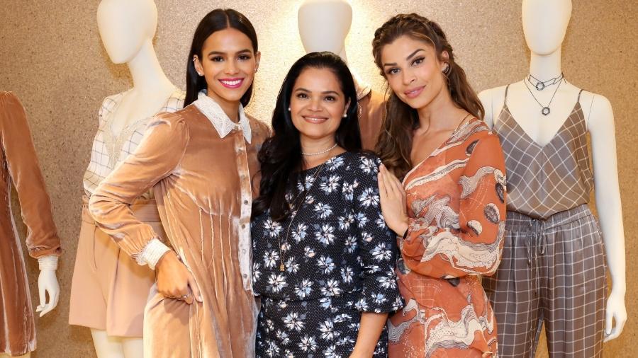 Bruna Marquezine com a mãe, Neide Maia, e Grazi Massafera posam juntas em evento de grife - Roberto Filho / Brazil News