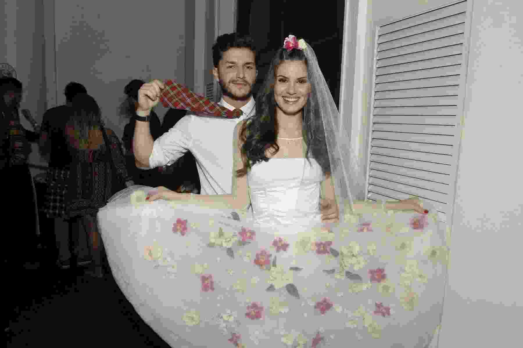 """Noiva do """"Arraiá do Copa"""", Camila Queiroz optou por um vestido branco rendado com flores rosas - Brazil News"""