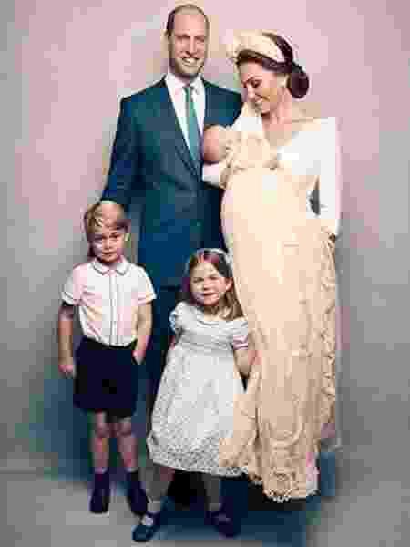 Foto oficial do batizado do príncipe Louis com os pais e os irmãos, George e Charlotte - Reprodução/Instagram