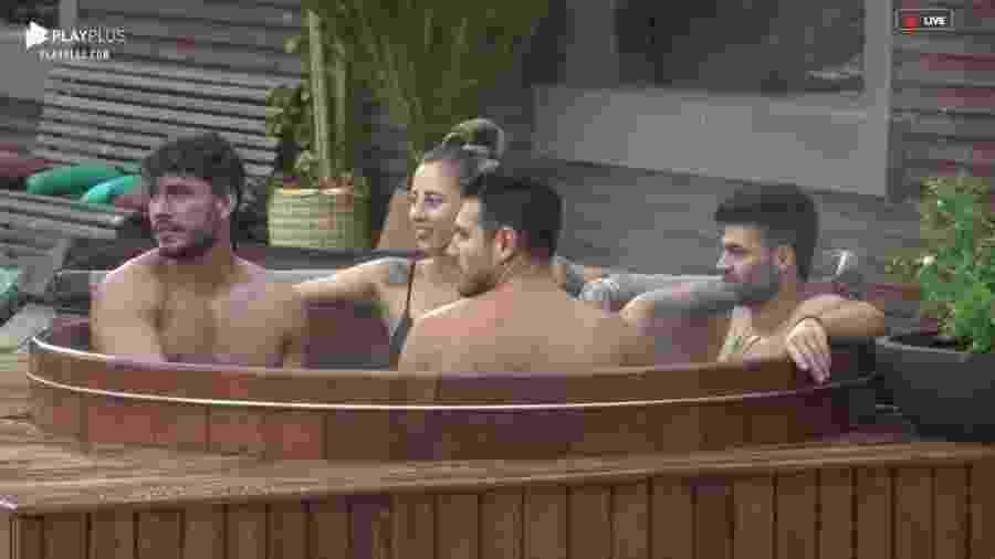 Peões conversam na banheira na área externa da sede  - Reprodução/PlayPlus