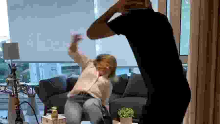 Sueli Azevedo, mãe de MC Kevinho, se empolga em coreografia e leva tombo - Reprodução/ Instagram