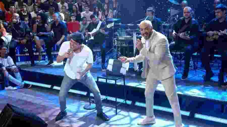 18.jan.2020 - O ator Eduardo Sterblitch (à esq.) canta com Belo no programa Altas Horas (Globo) - Divulgação