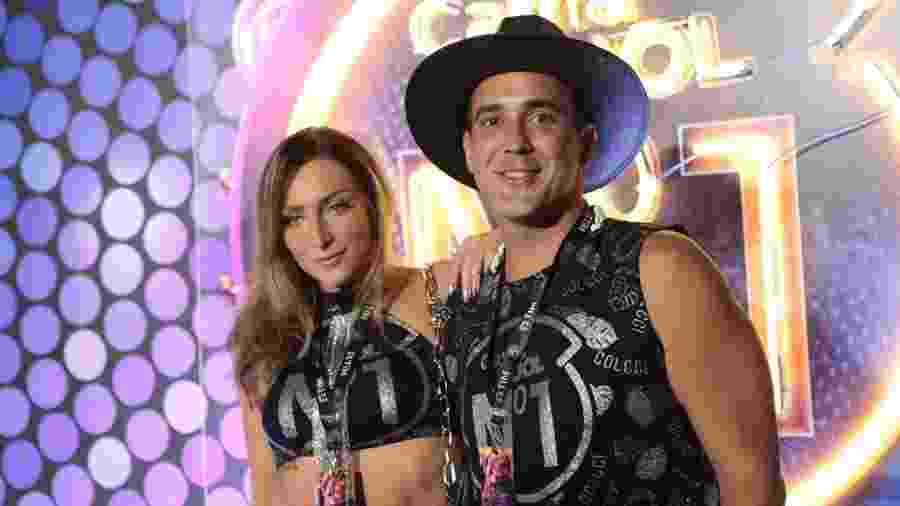 André Marques e a namorada, Sofia Starling, no camarote CarnaUOL N1, na Sapucaí - Gianne Carvalho/ UOL