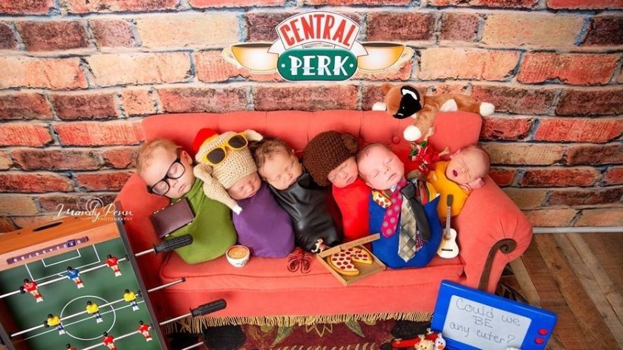 """Os seis bebês aparecem """"sentados"""" no sofá do Central Perk, café que é um dos principais cenários da produção - Reprodução/Facebook"""