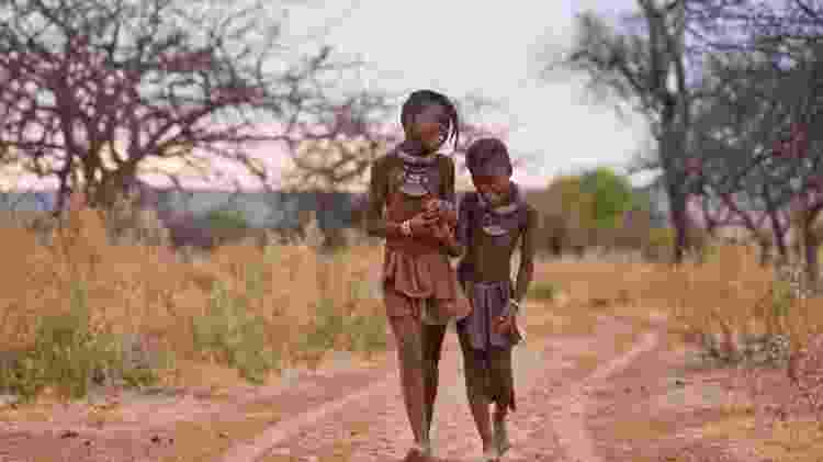 Crianças Himba: povo crê que anéis são pegadas deixadas por deus - Peter Adams/Getty Images - Peter Adams/Getty Images