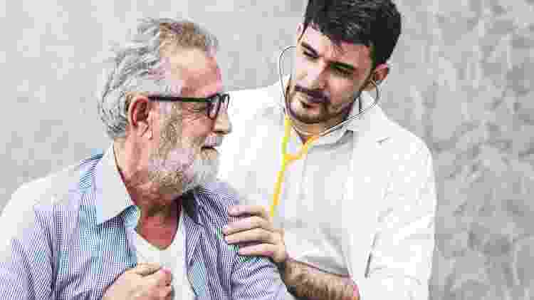 Idoso com geriatra, médico - iStock - iStock
