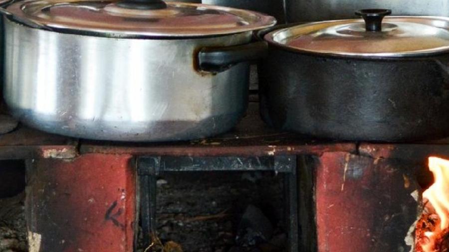 Imagem meramente ilustrativa de fogão a lenha; preços do botijão de gás hoje beira os R$ 100 - Getty Images