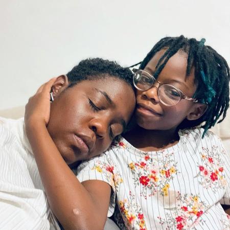 Ana Paula Xongani e a filha Ayoluwa: em casa, o aprendizado é mútuo - Acervo pessoal