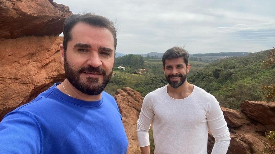 O jornalista Marcelo Cosme com o namorado, Frankel Brandão - Reprodução