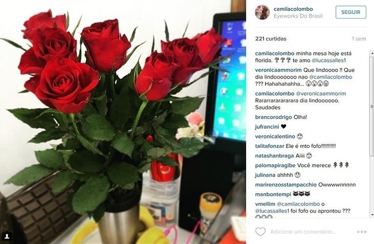 """2015 - A produtora Camila Colombo mostra as flores que recebeu do namorado, Lucas Salles. """"Minha mesa hoje está florida. Te amo"""", escreveu"""