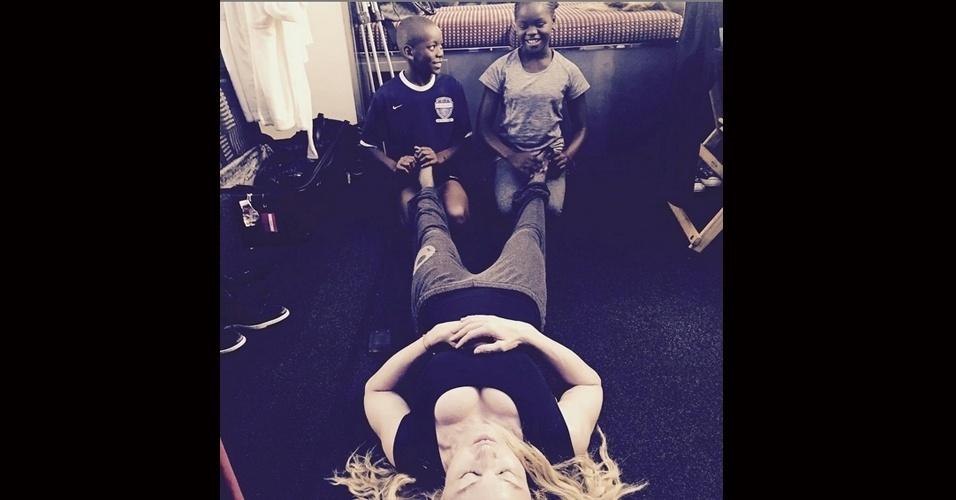 13.jul.2015 - Madonna compartilhou em seu Instagram, na noite desta segunda-feira, uma foto onde aparece deitada no chão, recebendo massagem nos pés dos dois filhos adotivos, David Banda e Mercy James