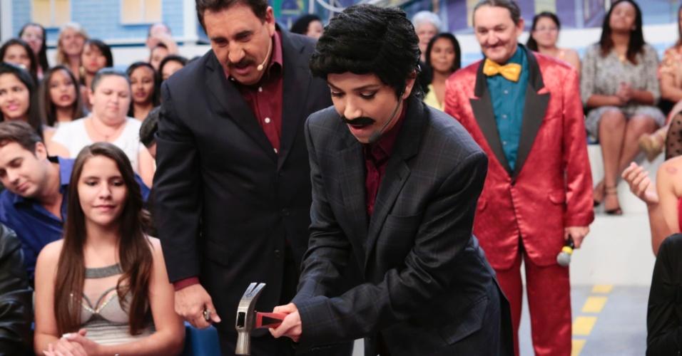 12.ago.2015 - Em certo momento do programa, Patrícia Abravanel se fantasiou de Ratinho, inclusive usando o tradicional bigode do apresentador, para participar de uma brincadeira