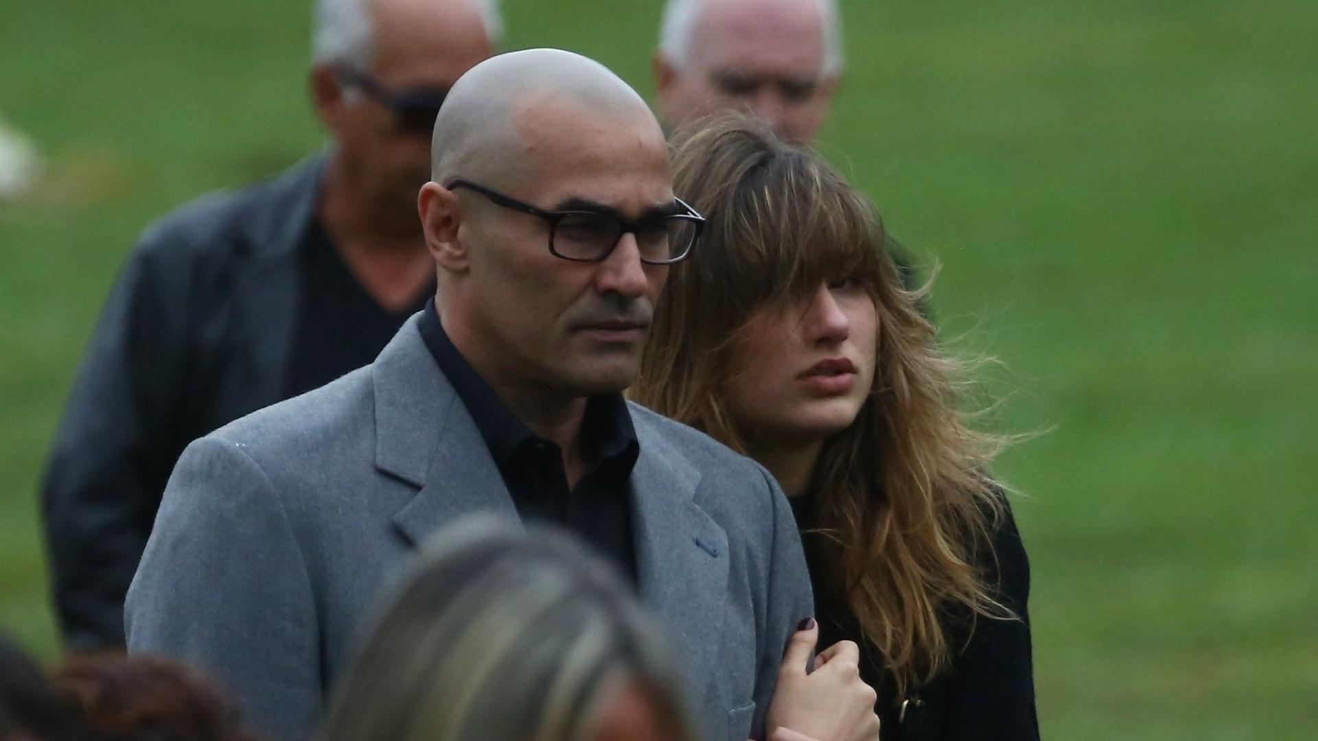 13.set.2015 - Sasha e Luciano Szafir no enterro de Cirano Rojabaglia, imrão de Xuxa