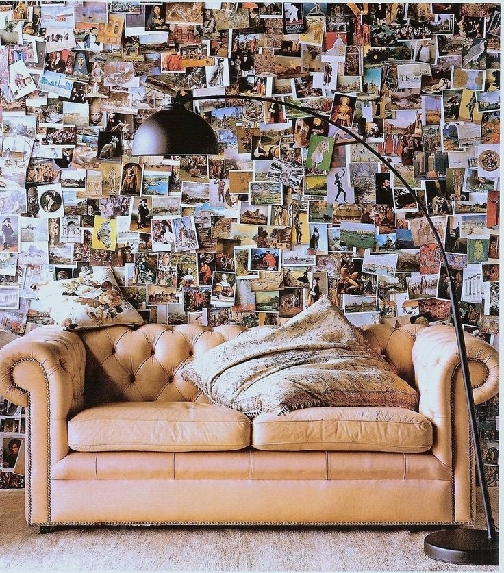 O canto da sala também fica bonito e diferente se você recobrir a parede com recortes de revista e fotos como os desta proposta, que fazem fundo para o sofá retrô. O painel humanizou e trouze um ar contemporâneo ao espaço