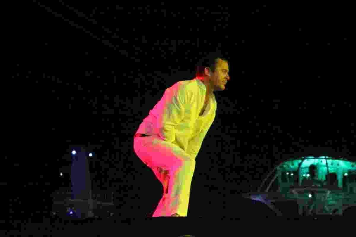 """25.set.2015 - Mike Patton, vocalista do Faith No More, fez um """"stage dive"""" no final da música """"Caffeine"""", e foi escoltado de volta ao palco pelos seguranças, durante o quinto dia do Rock in Rio 2015. - Graça Paes/Photo Rio News"""