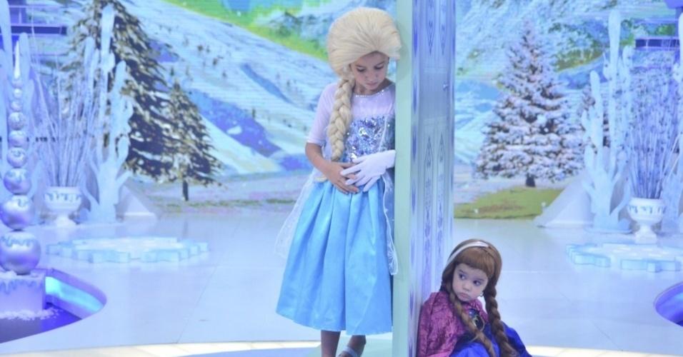 """Rodrigo Faro recebe as filhas, Maria e Helena, no palco de seu programa na Record. As meninas participam do quadro """"Dança, Gatinho"""" e apresentam um número inspirado na animação """"Frozen"""". Ao lado do apresentador, que se veste de Branca de Neve, elas interpretam as irmãs Elsa e Ana do longa da Disney"""