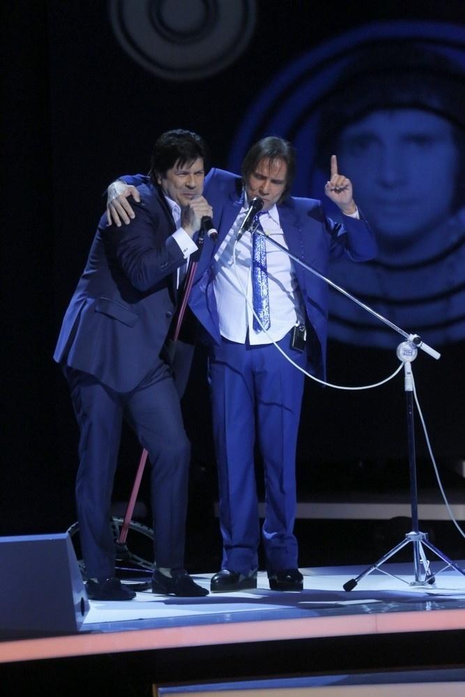 7.nov.2015 - Roberto Carlos canta abraçado com Paulo Ricardo, do RPM, durante as gravações de seu especial no Teatro Municipal, no Rio de Janeiro